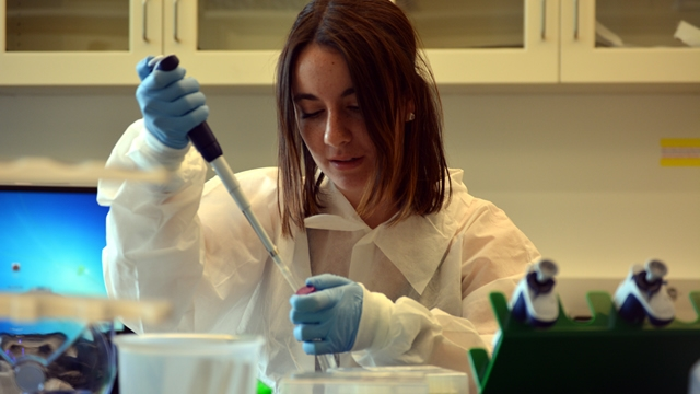 UPIP participant Victoria Bonnell working in a lab